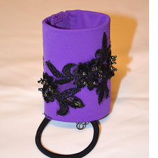 HAIRCUFF - lila med svarta blommor 7,5 cm